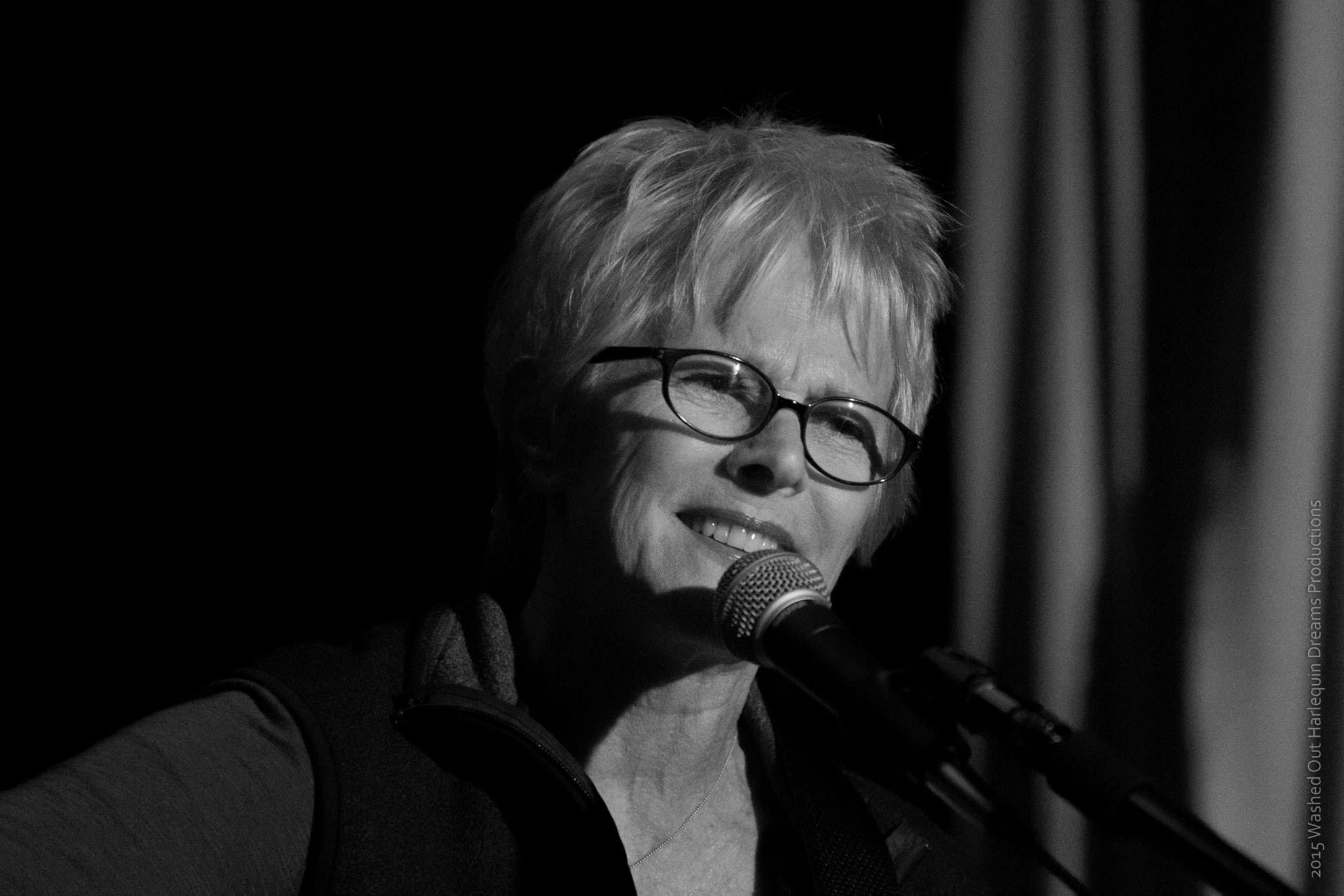 tracy-newman-at-the-pilsner-room-in-black-and-white